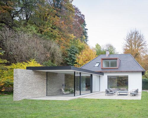 Kleines, Einstöckiges, Weißes Modernes Einfamilienhaus Mit Mix Fassade In  München