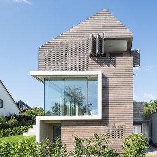 Drei- oder mehrstöckiges, Beigefarbenes Modernes Einfamilienhaus mit Holzfassade in Essen