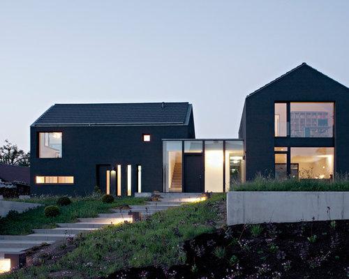 Mittelgroßes, Zweistöckiges, Graues Modernes Einfamilienhaus Mit  Putzfassade, Satteldach Und Schindeldach In Berlin