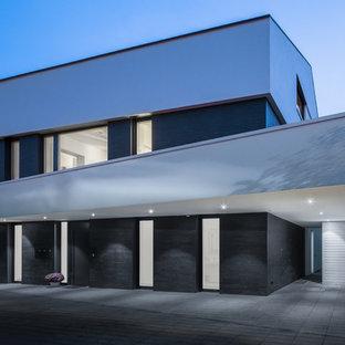 Großes, Dreistöckiges, Weißes Modernes Einfamilienhaus mit Flachdach und Mix-Fassade in Stuttgart