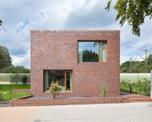 Mittelgroßes, Zweistöckiges Modernes Haus Mit Backsteinfassade Und  Flachdach In Dortmund