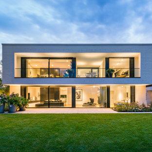 Zweistöckiges, Weißes Modernes Einfamilienhaus mit Flachdach in Frankfurt am Main