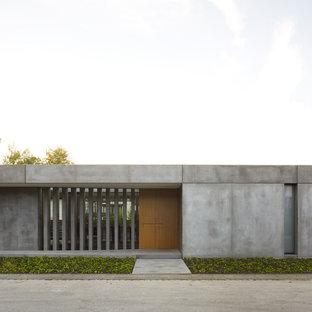 Einstöckiges, Graues, Mittelgroßes Industrial Einfamilienhaus mit Betonfassade und Flachdach in Sonstige