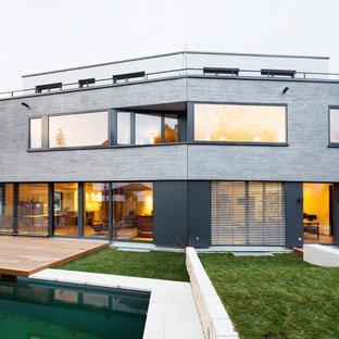 Großes, Drei- oder mehrstöckiges, Graues Modernes Haus mit Mix-Fassade und Flachdach in München