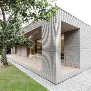 Einstöckiges Modernes Haus mit Holzfassade und Flachdach in Berlin
