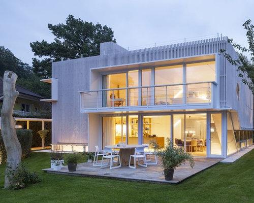 Zweistöckiges, Weißes, Großes Modernes Haus Mit Flachdach Und Holzfassade  In München