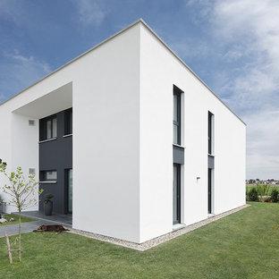 Großes, Zweistöckiges, Weißes Modernes Einfamilienhaus mit Putzfassade und Flachdach in München