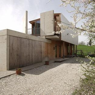 Mittelgroßes, Braunes Modernes Haus Mit Holzfassade Und Satteldach In  München