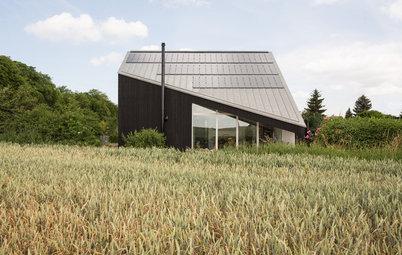 Lichtes Schwarz: Ein Einfamilienhaus richtet sich nach der Sonne