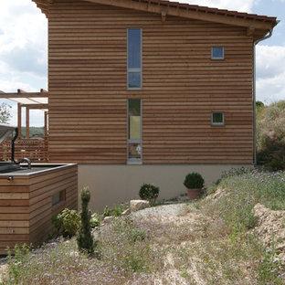 他の地域のコンテンポラリースタイルのおしゃれな家の外観 (木材サイディング、ベージュの外壁、片流れ屋根、戸建、瓦屋根) の写真