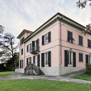 Ispirazione per la facciata di una casa rosa classica