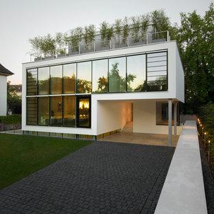 Großes, Weißes, Zweistöckiges Modernes Haus mit Glasfassade und Flachdach in Berlin