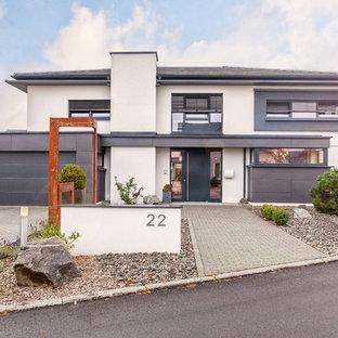Zweistöckiges, Weißes Modernes Einfamilienhaus mit Walmdach und Schindeldach in Sonstige