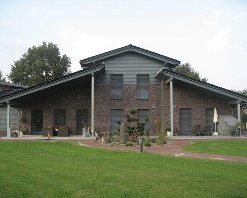 Großes, Zweistöckiges, Braunes Modernes Haus Mit Backsteinfassade Und  Walmdach In Bremen