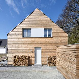 Mittelgroßes, Zweistöckiges, Braunes Modernes Einfamilienhaus mit Holzfassade und Satteldach