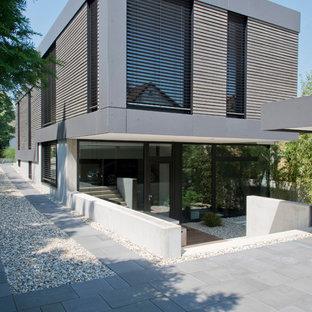Großes, Zweistöckiges, Graues Modernes Haus mit Betonfassade und Flachdach in Frankfurt am Main