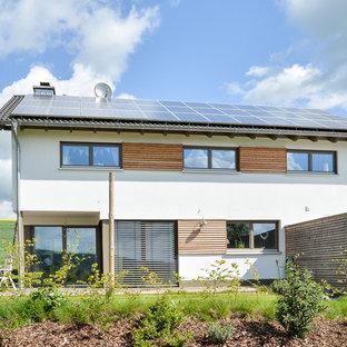 Mittelgroßes, Zweistöckiges, Weißes Modernes Haus mit Satteldach in Sonstige