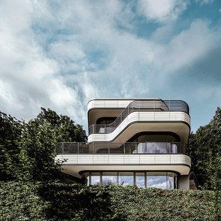 Mittelgroßes, Dreistöckiges, Weißes Modernes Einfamilienhaus mit Mix-Fassade und Flachdach in München