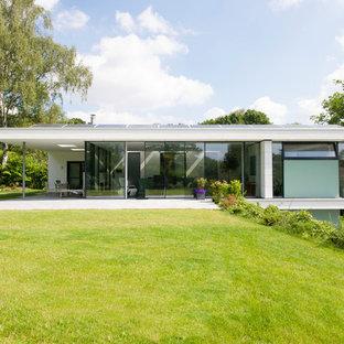 Weißes, Großes, Zweistöckiges Modernes Einfamilienhaus mit Putzfassade und Flachdach in Frankfurt am Main