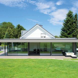 Einstöckiges, Weißes, Großes Modernes Einfamilienhaus mit Glasfassade, Satteldach und Ziegeldach in Frankfurt am Main