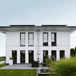Großes, Weißes, Zweistöckiges Modernes Einfamilienhaus mit Putzfassade, Flachdach und Ziegeldach in Hamburg