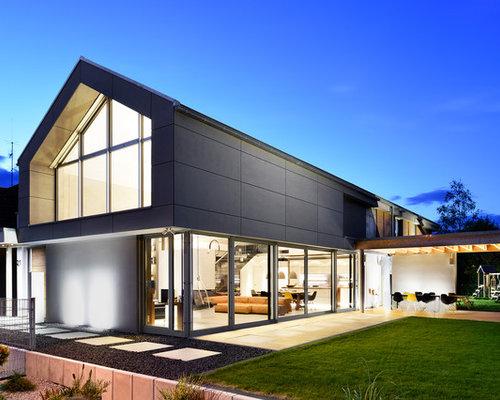Zweistöckiges, Graues Modernes Einfamilienhaus Mit Glasfassade, Satteldach  Und Ziegeldach In Nürnberg