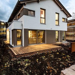 Zweistöckiges, Weißes, Mittelgroßes Modernes Einfamilienhaus mit Putzfassade und Satteldach in Sonstige