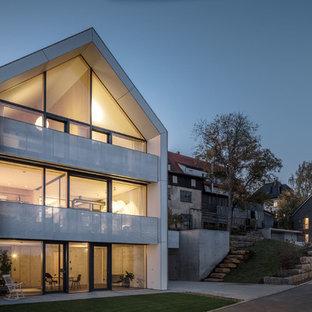 Drei- oder mehrstöckiges, Graues Modernes Haus mit Holzfassade und Satteldach in Stuttgart