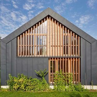 Zweistöckiges, Graues Modernes Einfamilienhaus mit Mix-Fassade und Satteldach in München