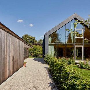 Zweistöckiges, Graues Modernes Einfamilienhaus mit Satteldach in München