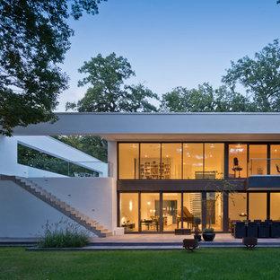 Zweistöckiges, Weißes, Großes Modernes Haus mit Putzfassade und Flachdach in Bremen