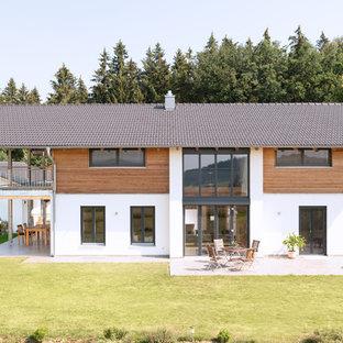 Großes, Zweistöckiges, Weißes Landhausstil Einfamilienhaus mit Holzfassade, Satteldach und Ziegeldach in Nürnberg