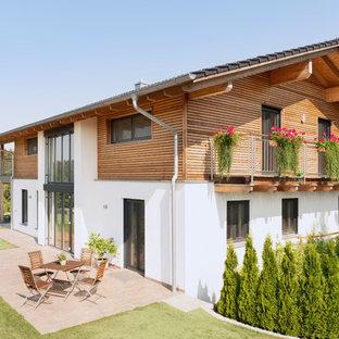 Zweistöckiges, Weißes, Mittelgroßes Nordisches Einfamilienhaus Mit  Satteldach, Ziegeldach Und Mix Fassade