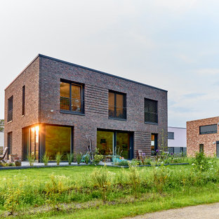 Mittelgroßes, Zweistöckiges Industrial Einfamilienhaus mit Backsteinfassade und Flachdach in Hamburg