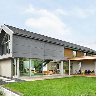 Zweistöckiges, Graues Modernes Einfamilienhaus mit Glasfassade, Satteldach und Ziegeldach
