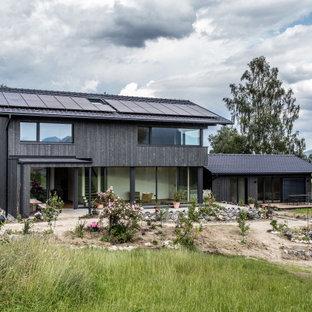 Zweistöckiges, Schwarzes, Schwarzes Modernes Einfamilienhaus mit Holzfassade, Satteldach und Ziegeldach in München