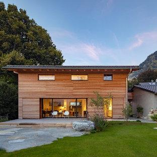 Mittelgroßes, Zweistöckiges, Braunes Modernes Einfamilienhaus mit Holzfassade und Flachdach in München