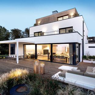 Großes, Dreistöckiges, Weißes Modernes Einfamilienhaus mit Mix-Fassade und Flachdach in Bremen