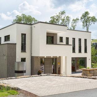 Zweistöckiges, Weißes Modernes Einfamilienhaus mit Putzfassade und Flachdach in Sonstige
