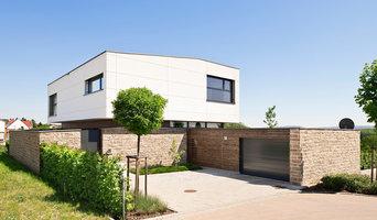 Natursteinmauer um Neubau