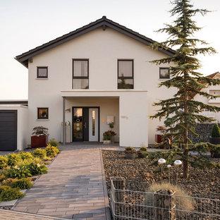 Zweistöckiges, Weißes Modernes Einfamilienhaus mit Satteldach und Ziegeldach in Sonstige