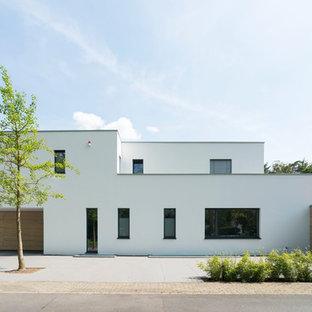 Mittelgroßes, Zweistöckiges, Weißes Modernes Einfamilienhaus mit Putzfassade und Flachdach in Düsseldorf