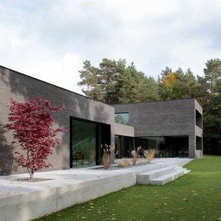 Großes, Zweistöckiges, Braunes Modernes Einfamilienhaus mit Backsteinfassade und Flachdach in Hannover