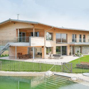 Geräumiges, Zweistöckiges, Braunes Modernes Einfamilienhaus mit Holzfassade und Satteldach in Nürnberg
