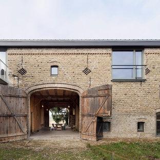 Haus mit Backsteinfassade und Blechdach in Berlin