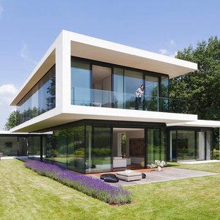 Großes, Zweistöckiges Modernes Haus mit Flachdach in Stuttgart