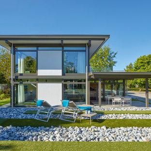 Zweistöckiges, Weißes Modernes Einfamilienhaus mit Mix-Fassade und Flachdach in Sonstige