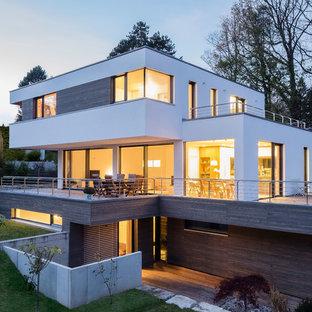 Großes, Dreistöckiges, Weißes Modernes Einfamilienhaus mit Mix-Fassade und Flachdach in München