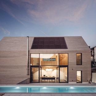 Zweistöckiges, Beigefarbenes, Mittelgroßes Nordisches Einfamilienhaus mit Satteldach und Holzfassade in Stuttgart
