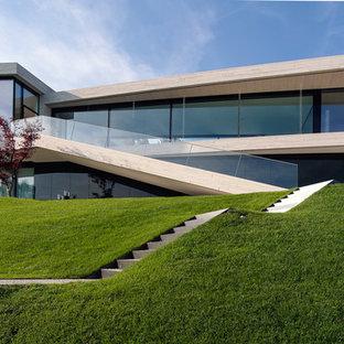 Ejemplo de fachada beige, moderna, de dos plantas, con revestimientos combinados y tejado plano